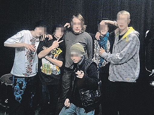 Педофил Максим из Воронежа (стоит в центре) своих наклонностей не скрывает. Но преспокойно гуляет на свободе.