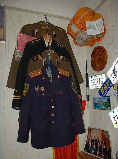 Формы моряка, пехотинца, танкиста и милиционера... Экспонатам уже давно тесно, музею пора расширяться.