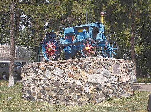В центре Голубцов памятник трактору. С его помощью капусту садили?