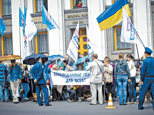 Поддержать пенсионную реформу под стены Рады вышли тысячи украинцев.