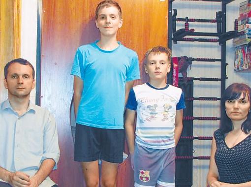 Семья Левченко, понадеявшаяся на новое жилье, до сих пор ютится в гостинке.