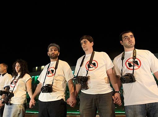 Грузинские фотографы выстроились в живую цепь, протестуя против ареста коллег. Фото РЕЙТЕР.