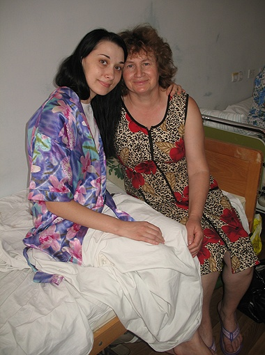Лариса Круглик (слева) на третий день после операции уже легко садится. А Мария Ивановна радуется дочкиному выздоровлению. Фото автора.