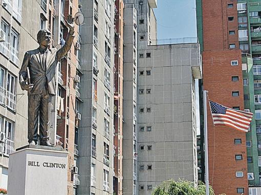 Приштина, памятник Биллу Клинтону на проспекте Билла Клинтона - албанцы свято чтут память создателя своей республики.