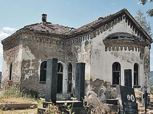 Оскверненное вандалами православное кладбище в албанской части Косовской Митровицы - мира здесь нет и в ближайшие годы не будет.