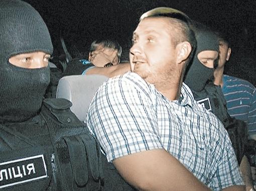 А вот так украинские правоохранители передают за границу преступников - скрывают только свои лица, а форма на виду.