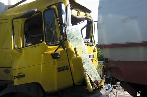 В Макеевке дальнобойщик вляпался в бензовоз. Фото: МЧС Донецкой области.
