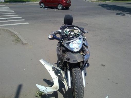 От удара 64-летний  водитель мотоцикла схлопотал переломы нескольких ребер. Фото: Фото: ГАИ Донецка.