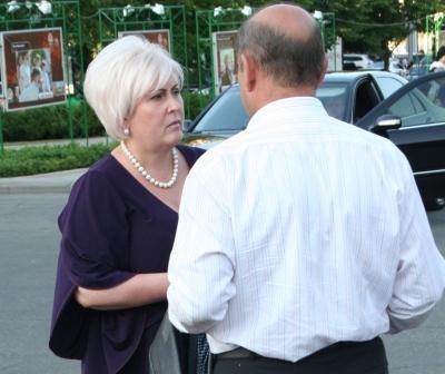 Мэр Славянска Неля Штепа разговаривает с градоначальником Краматорска. Фото: novosti.dn.ua.