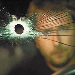 Дыра, оставшаяся в лобовом стекле машины после выстрела.