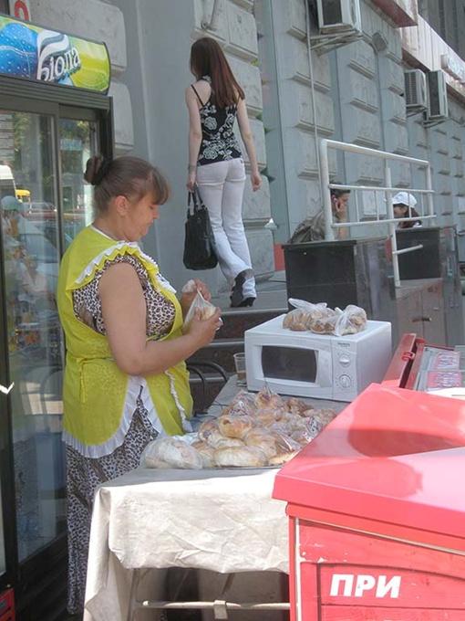 Только у нас в микроволновке посреди улицы вам разогреют пирожок. Фото авторов.