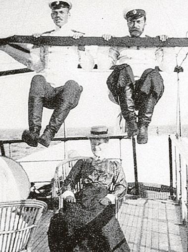 Николай II отрекся в пользу брата Михаила (слева). Так звали и первого русского царя.