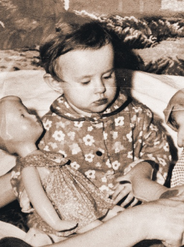 В детстве Оксана назвала любимую куклу Наташей и играла с ней в сестренок.