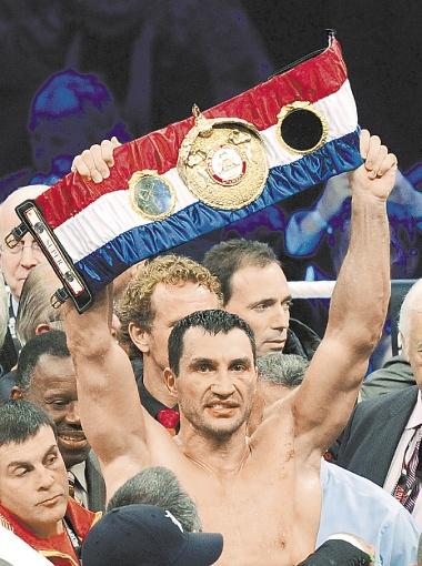 …Однако Виталий в бою выиграл у Дэвида совсем другой пояс WBA: тканевый, из цветных лент. На нем видна надпись super - это пояс абсолютного чемпиона мира.
