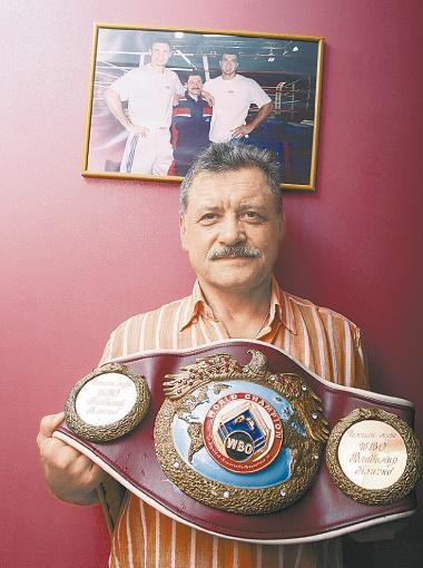Владимир Золотарев впервые демонстрирует свой раритет: пояс WBO ему на юбилей подарили Виталик и Володя.