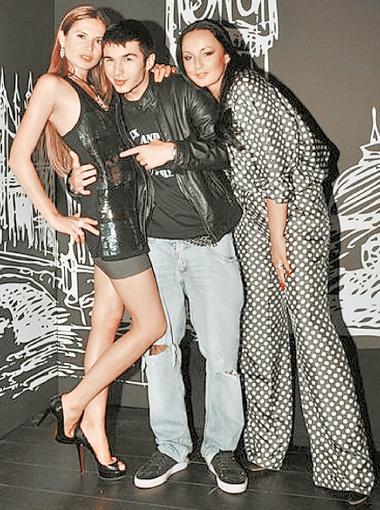 Наталья Ворона (крайняя справа) любит ходить на тусовки с сыном Нестором Шуфричем-младшим (посередине) больше, чем с подружками.