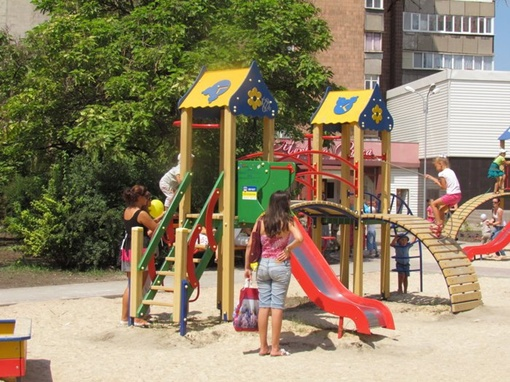 На территории детского парка установлены игровые площадки с горками. Фото: 0629.
