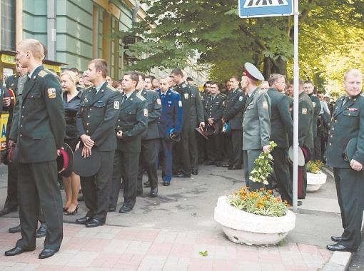Скорбная очередь из офицеров растянулась на весь переулок.