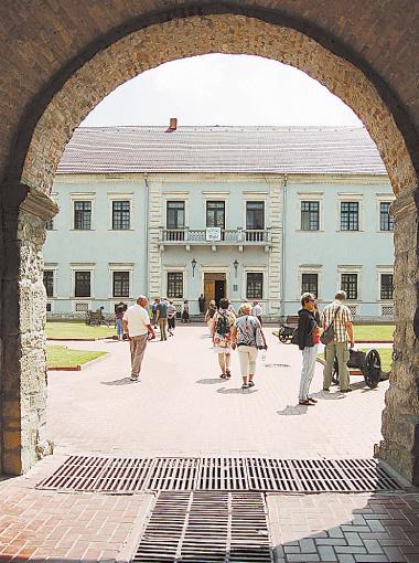 Полюбоваться замком приезжает много туристов.