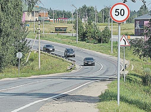 Дорога на этом участке просматривается, разметка читается, даже знаки хорошо видны.