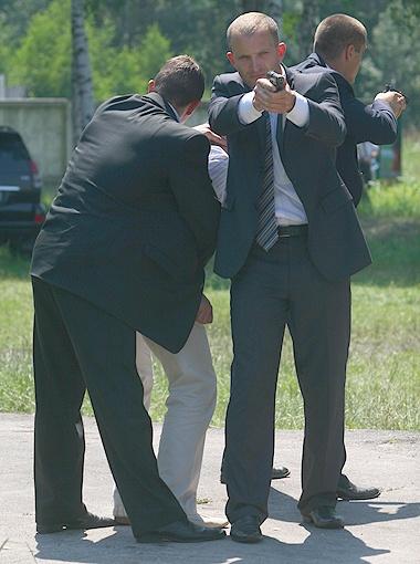 Когда охрана главы государства в работе, ранить охраняемое лицо практически невозможно.