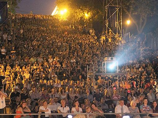 Под памятником Дюку собралась многотысячная толпа.