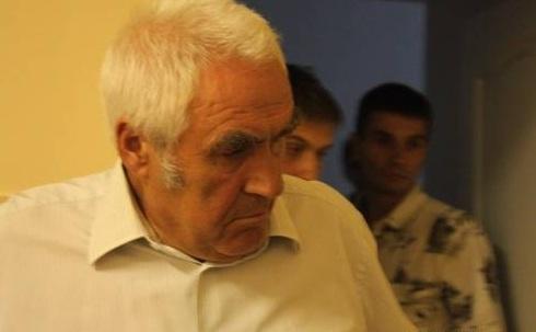 Отец сбитой девушки смотрит в глаза лихачу. Фото с сайта 1zt.ua.
