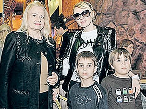 Сейчас Яна со своими сыновьями Колей и Андреем отдыхает в Сочи, в доме своей мамы Светланы Николаевны (на фото она слева).