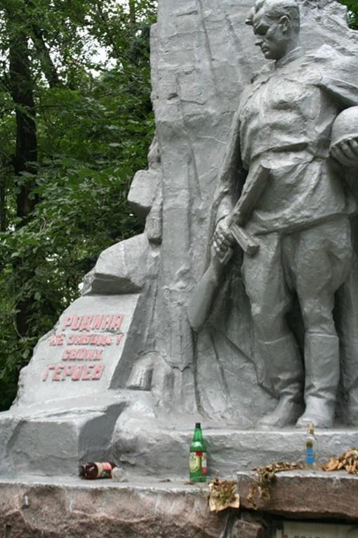Вандалы забросали братскую могилу окурками и пустыми бутылками. Фото: frankensstein.livejournal.com.