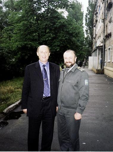 Лето 2002 года. Петр Недзельский (справа) вместе с сослуживцем Владимиром Родионовичем Кличко. Фото из личного архива полковника Недзельского.
