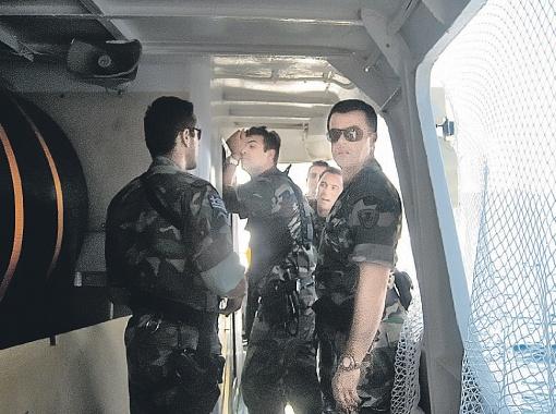 Греческие спецназовцы - уже расслабленные после того, как захватили