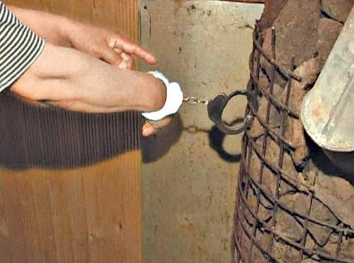 Чтобы пленники не убежали, их пристегивали наручниками к решетке.