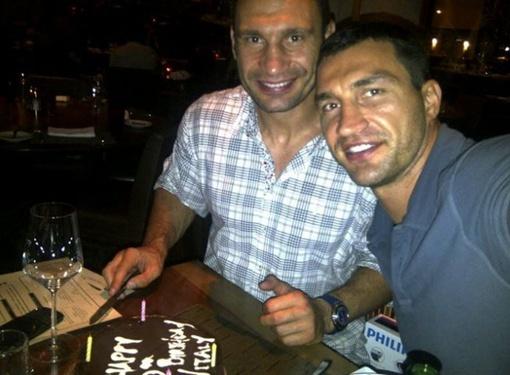 Виталий Кличко разрезает праздничный торт. Фото с личной страницы боксера.