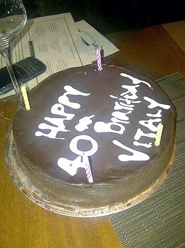 Старшего из братьев поздравили праздничным шоколадным тортом со свечками.