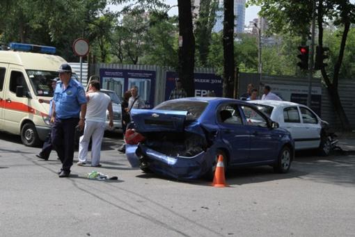 Одну из пассажирок, попавшего в ДТП авто пришлось вызволять через окно. Фото: 62.
