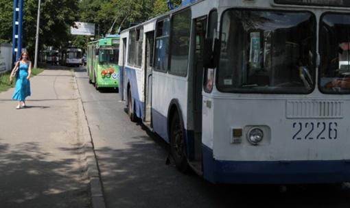 Тройная авария полностью застопорила движение троллейбусов. Фото: 62.