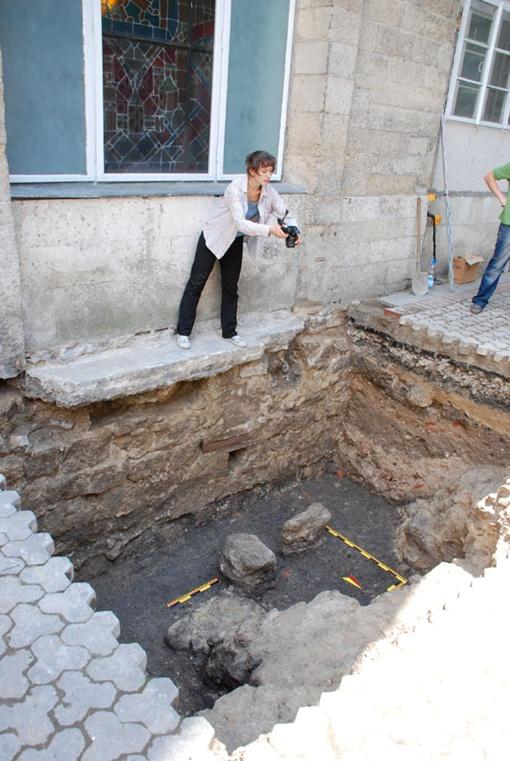 Пока что археологи раскопали два метра вглубь. Фото пресс-службы Львовского горсовета.