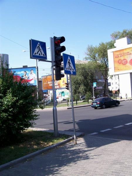 На одном из перекрестков в центре Донецка установили сразу два одинаковых дорожных знака