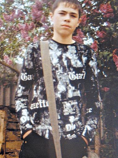 Этот снимок мама Коли сделала за несколько часов до его смерти. Она любила фотографировать сына на фоне цветов во дворе.