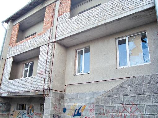 В недостроенный дом Коля с друзьями наведывался не один раз. Но однажды детские игры закончились сначала разбитыми окнами, а затем дверьми.