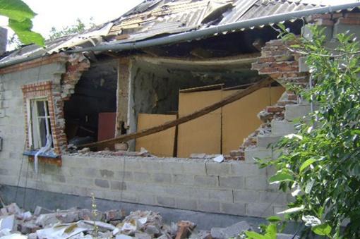 В здании появились трещины и вылетели 9 окон. Фото: Центр пропаганды МЧС Украины в Донецкой области.