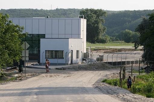 На данный момент завершено строительство большего терминала, ведется укладка газона. Фото: ЖЖ Дебелого