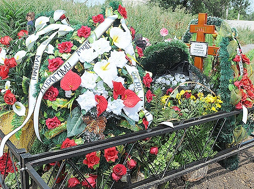 На могиле трагически погибшего Геннадия Сливного и сейчас стоит шикарный венок с надписью на траурной ленте: