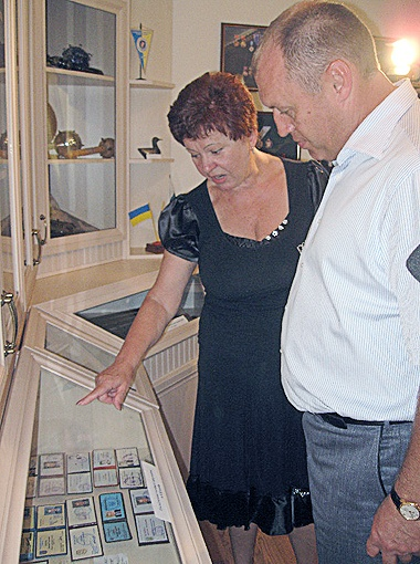 Жена Кукобы показывает нынешнему мэру Полтавы удостоверения своего мужа.