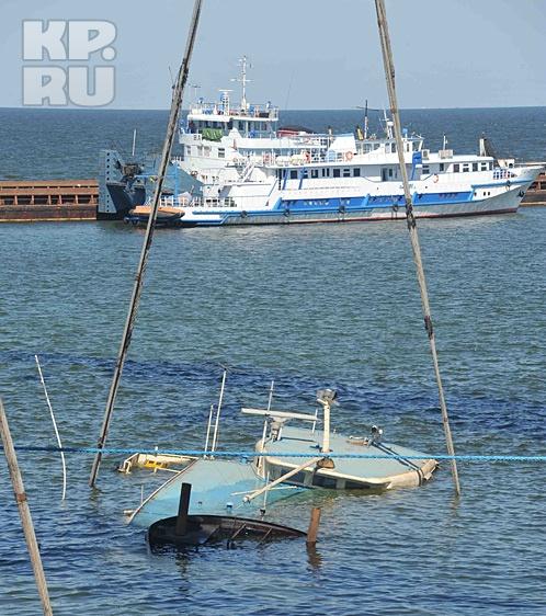 Подъем судна по непонятным причинам постарались максимально засекретить. Фото: МЧС