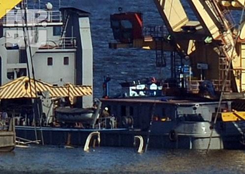 пятницу около часа дня из воды показались несколько антенн корабля, потом мачта и, наконец, капитанская рубка. Фото: Анатолий ЖДАНОВ