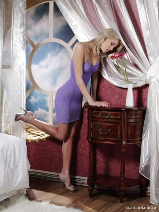 Мария оттачивает боевые искусства на мебели. Фото со страницы Коршуновой на fashionbank.ru.