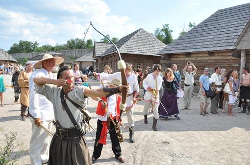 Кроме рыцарей в доспехах на турнире еще соревновались лучники
