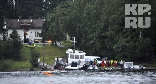 Тела погибших вывозят с острова. Фото: REUTERS
