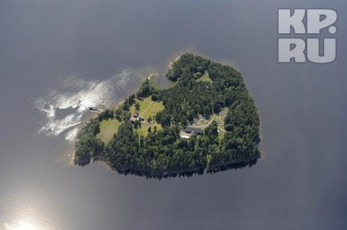 Укрыться на крошечном островке было негде - подростки бросались в воду. Фото: REUTERS